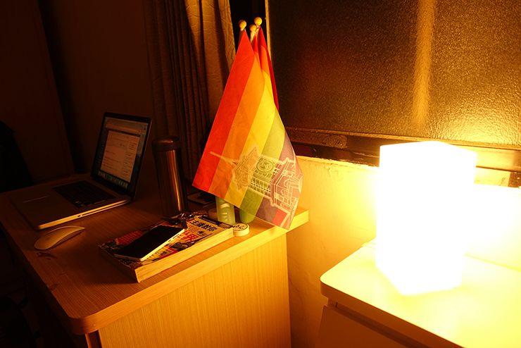 レインボーフラッグと夜のテーブルライト