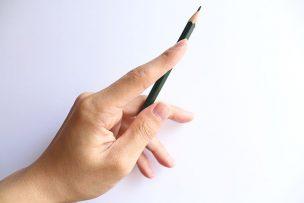 鉛筆を持つ手