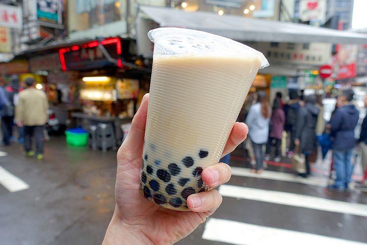 台北・公館夜市「陳三鼎黑糖青蛙撞奶」の青蛙撞奶(タピオカミルク)