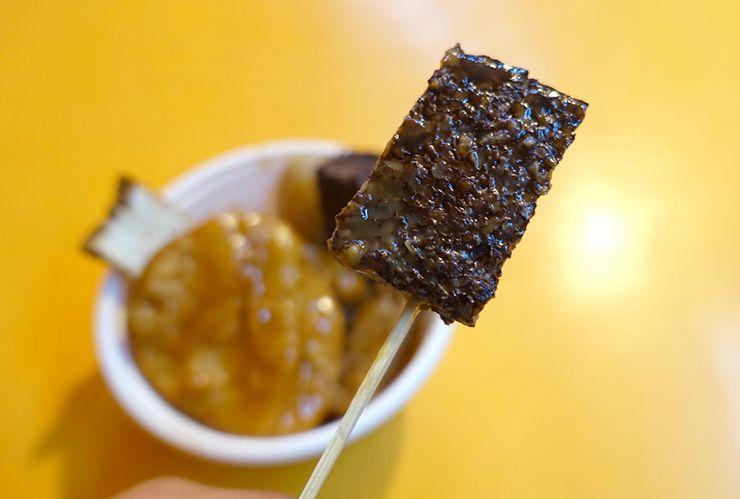 台北・臨江街夜市「關東甜不辣」の豬血糕