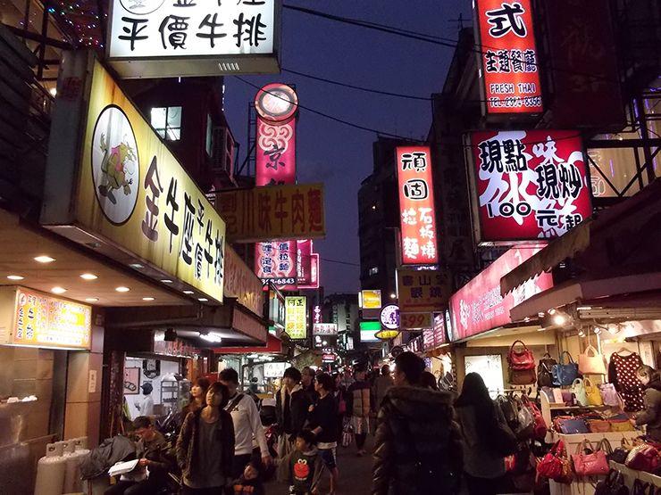 台北・公館夜市のメイン通り