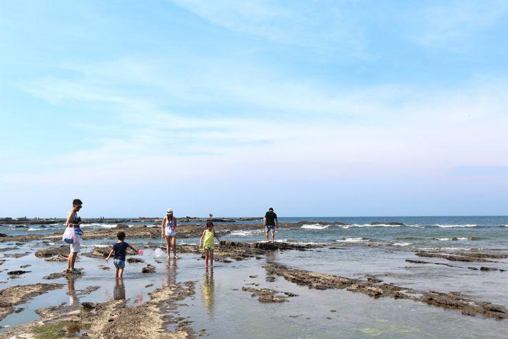 台北・福隆の海岸で磯遊びをする家族