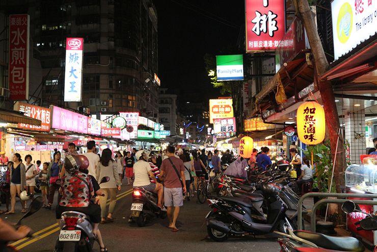 台北・楽華夜市のメイン通り