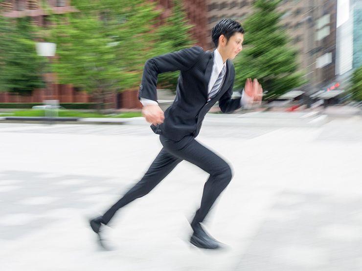 走るサラリーマン