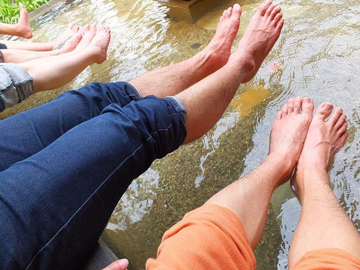 足湯を楽しむグループ