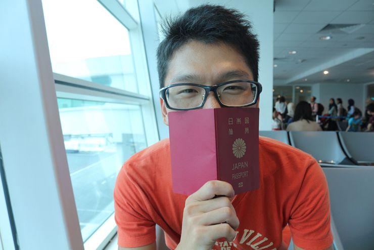 パスポートを手に持つ『にじいろ台湾』作者:Mae