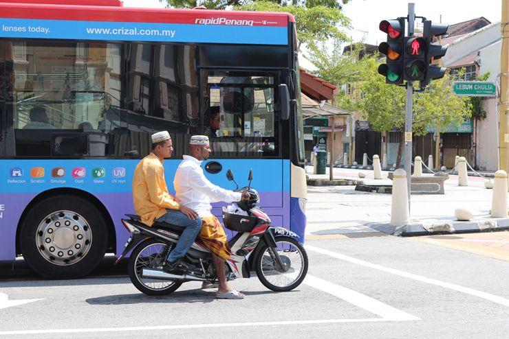 マレーシア・ジョージタウンでバイクにまたがる男子
