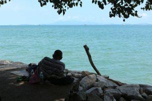 マレーシア・ジョージタウンで海を眺めるおじさん