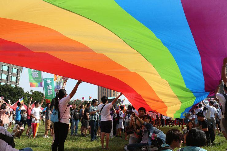 台中LGBTプライド2015の巨大レインボーフラッグ