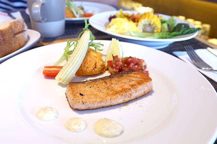宜蘭・礁溪の温泉宿「ISPAVITA」朝食のメインディッシュ(サーモン)