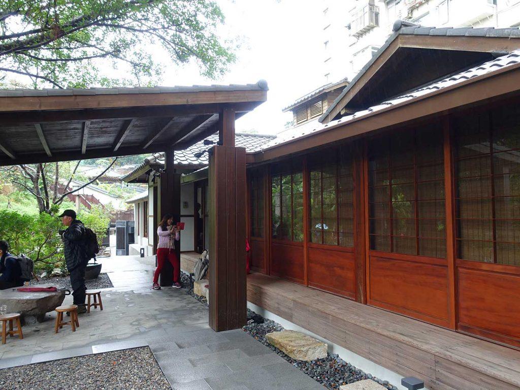 台北・北投温泉のおすすめ「瀧乃湯」の庭から見る純和風建物