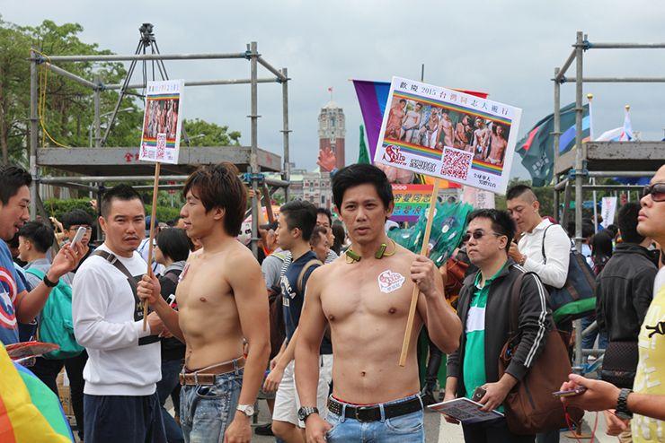 台灣同志遊行(台湾LGBTプライド)2015のパレードに参加するマッチョなイケメン
