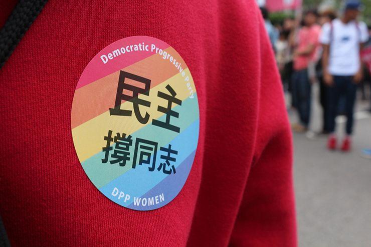 台灣同志遊行(台湾LGBTプライド)2015で配られた「民主撐同志」のシール