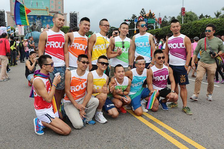 台灣同志遊行(台湾LGBTプライド)2015の集合場所で記念撮影する男子たち