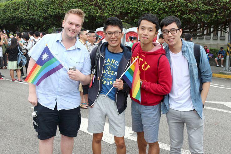 台灣同志遊行(台湾LGBTプライド)2015のパレードに参加する『にじいろ台湾』作者:Maeと彼氏と友人たち