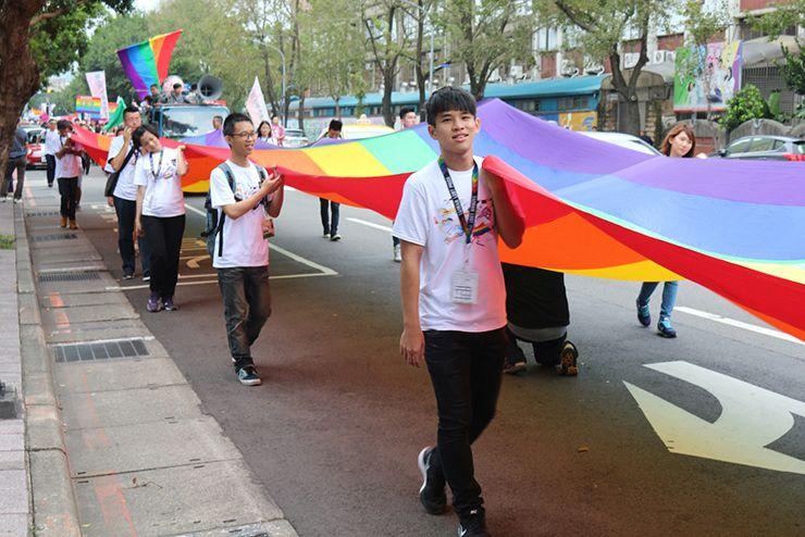 台灣同志遊行(台湾LGBTプライド)2015のパレードで先頭を行く巨大レインボーフラッグ