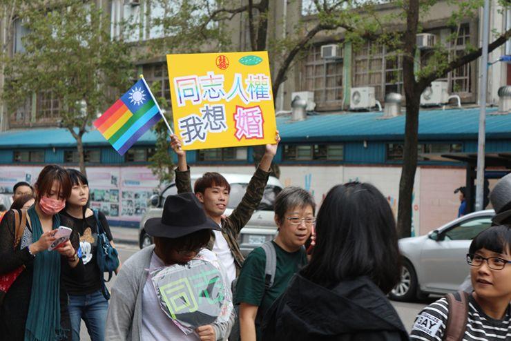 台灣同志遊行(台湾LGBTプライド)2015のパレードで掲げられるプラカード「同志人權我想婚」