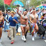 台灣同志遊行(台湾LGBTプライド)2015のパレードを歩くゲイアプリ「blued」のお兄さんたち