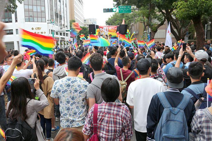 台灣同志遊行(台湾LGBTプライド)2015のパレードでレインボーフラッグを振る参加者たち
