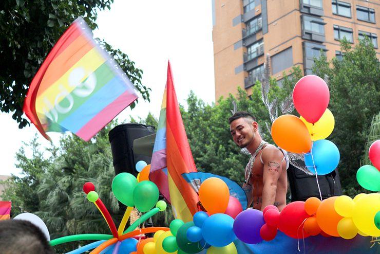 台灣同志遊行(台湾LGBTプライド)2015のパレードカーから微笑むお兄さん