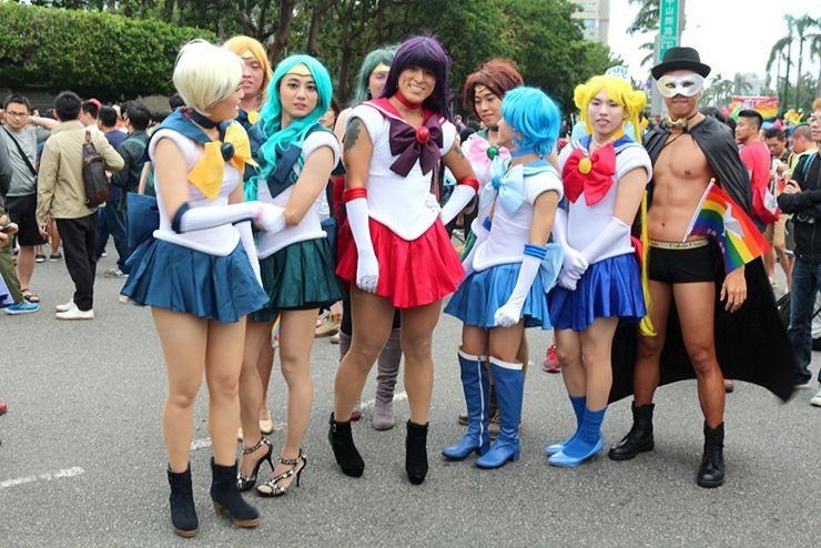 台灣同志遊行(台湾LGBTプライド)2015の集合場所で記念撮影するセーラー戦士たち