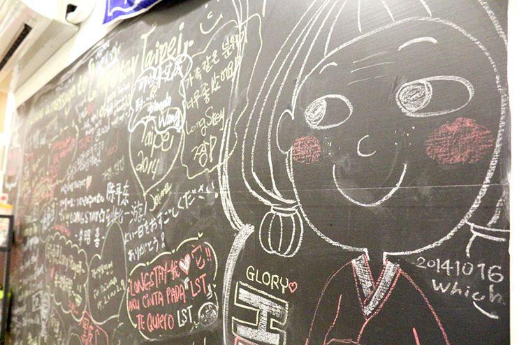 台北・北投温泉のゲストハウス「ロングステイ台北」パブリックスペースの黒板