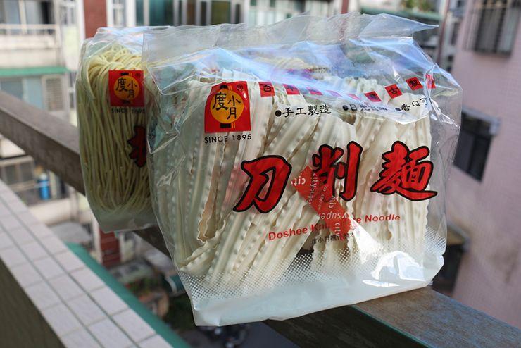 台湾のスーパーで買える麺「刀削麵」