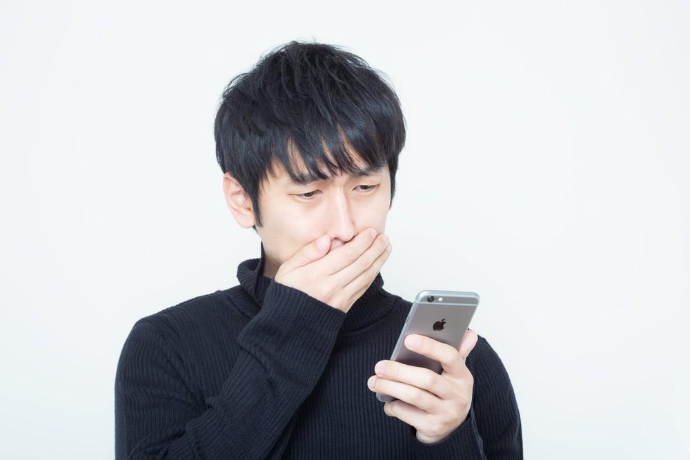 携帯メッセージに感動する男性