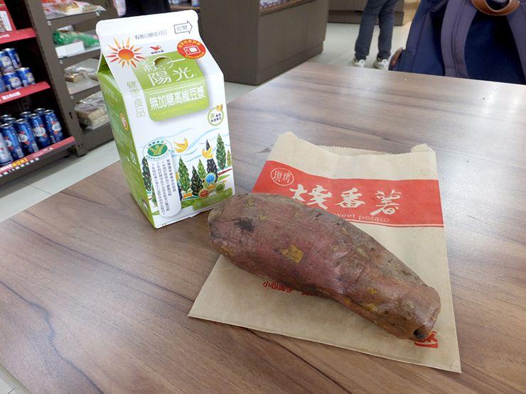 台湾のコンビニグルメ「豆乳+さつまいも」