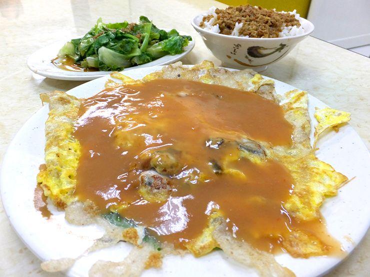 台北・永安市場「中和米粉湯」の蚵仔煎(牡蠣オムレツ)