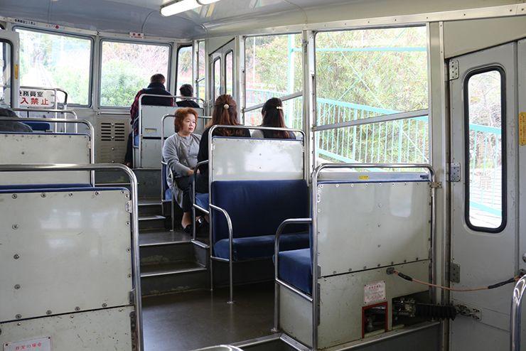 香川・八栗寺のケーブルカー車内
