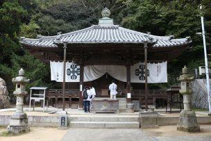 香川・八栗寺の本堂とお遍路さん