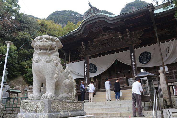 香川・八栗寺の本堂と狛犬
