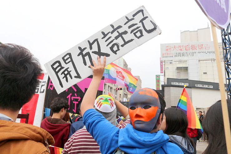 彩虹台南遊行(台南LGBTプライド)2015のパレードで同性パートナーシップ条例実施を求めるプラカード