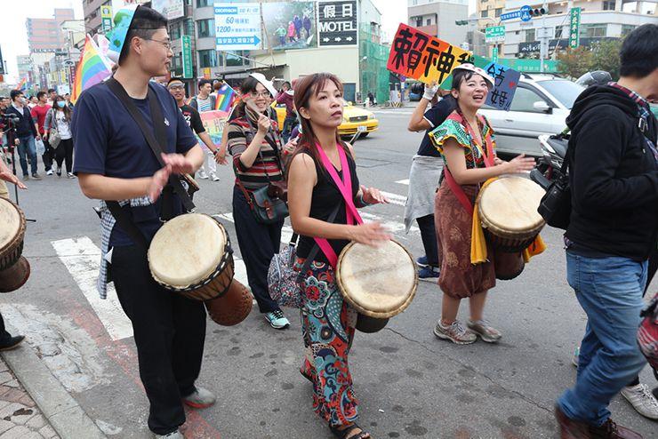 彩虹台南遊行(台南LGBTプライド)2015のパレードで太鼓の演奏をするグループ