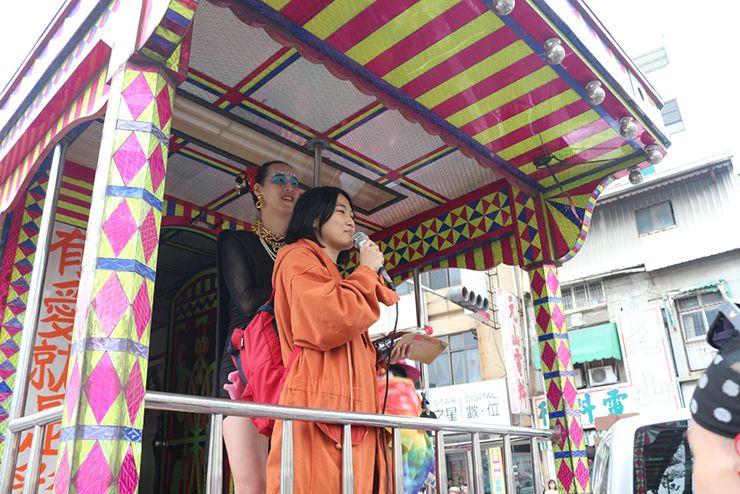 彩虹台南遊行(台南LGBTプライド)2015のパレードカーからスピーチする女性