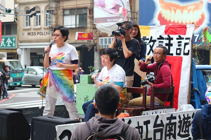 彩虹台南遊行(台南LGBTプライド)2015のパレードカーから演説するLGBT活動家