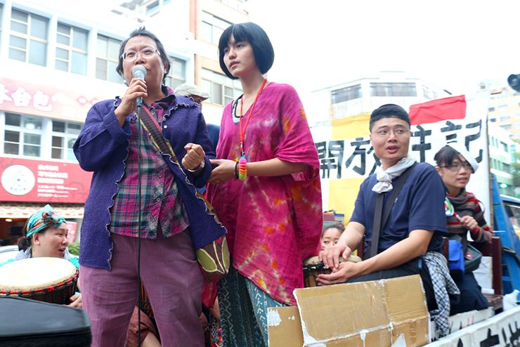 彩虹台南遊行(台南LGBTプライド)2015のパレードカーから演説する女性牧師