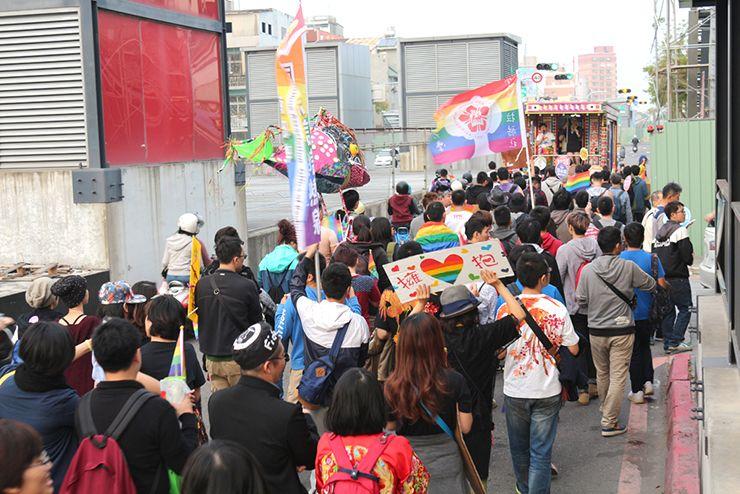 彩虹台南遊行(台南LGBTプライド)2015で海安路に差し掛かるパレード隊列