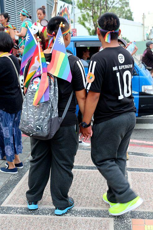 彩虹台南遊行(台南LGBTプライド)2015で手をつなぐゲイカップル