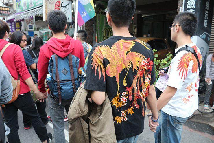 彩虹台南遊行(台南LGBTプライド)2015で手をつなぐゲイカップルたち