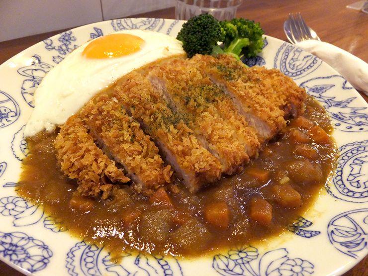 台北・永安市場のカフェ「喝個咖啡吧 HUG Cafe」の豬排咖哩飯(カツカレー)