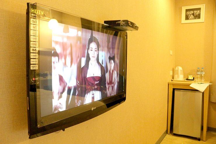 台南のビジネスホテル「碳佐麻里商務旅店」ツインルームのテレビ