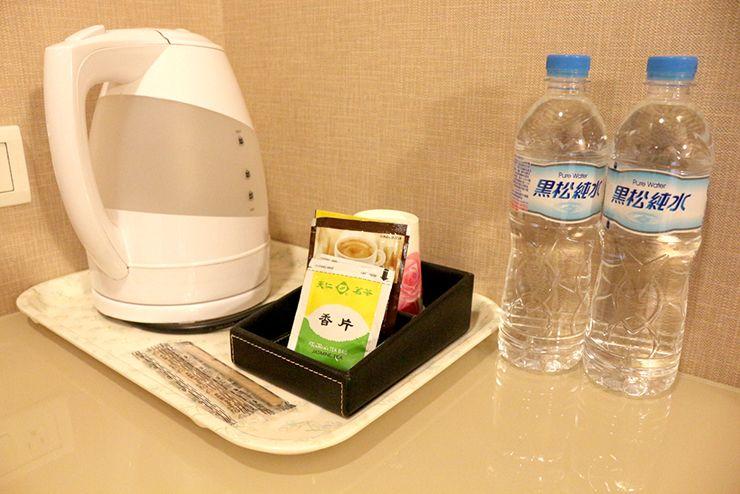 台南のビジネスホテル「碳佐麻里商務旅店」ツインルームのサービスミネラルウォーター