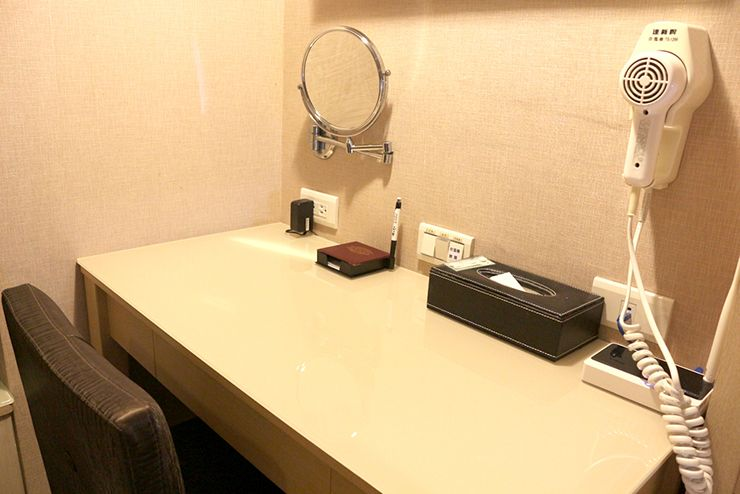 台南のビジネスホテル「碳佐麻里商務旅店」ツインルームのデスク