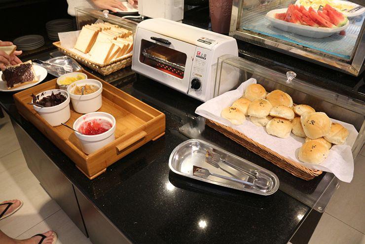 台南のビジネスホテル「碳佐麻里商務旅店」のモーニングビュッフェ(パン)