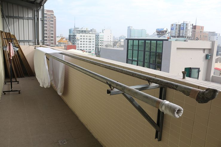 台南のビジネスホテル「碳佐麻里商務旅店」の物干しスペース