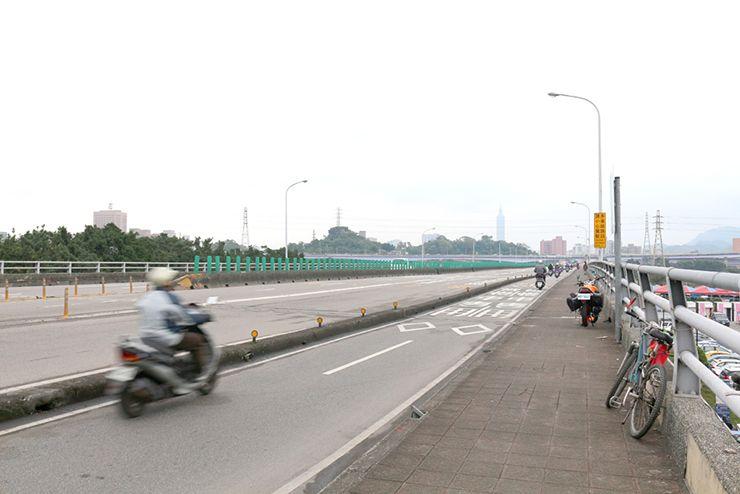 台北・福和橋を駆け抜けるバイク