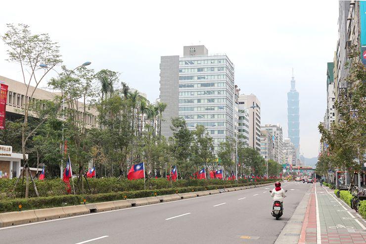 台北101が見える台湾国旗の並ぶ信義路