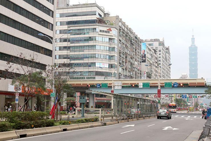信義路から眺める台北MRT(地下鉄)大安駅